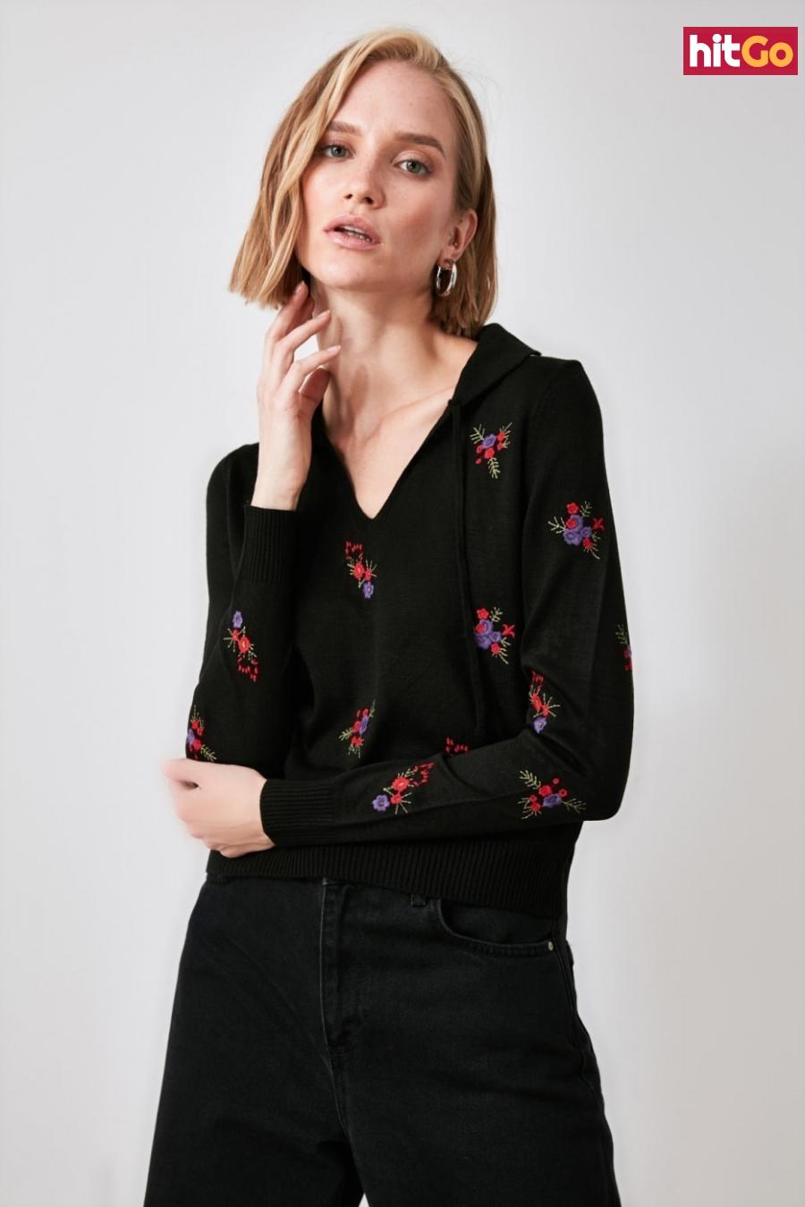 Trendyol Knitwear Sweater with Black Floral Embroidery dámské L