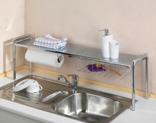 Regál na čisticí prostředky nad kuchyňský dřez