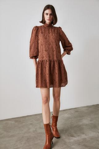Trendyol Sheer Neckline Dress with Brown Lace Detailing dámské 34